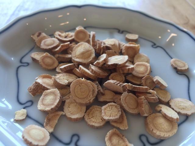 黄耆(オウギ)です。根っこを乾燥させたもので、漢方薬店で購入できます。
